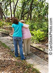 Adolescentes ayudando al último