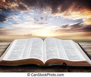 Al atardecer con la Biblia abierta