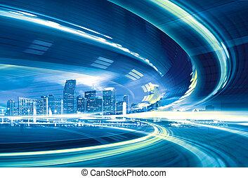 Austración de una autopista urbana que va a la ciudad moderna del centro, movimiento rápido con senderos de luz coloridos.