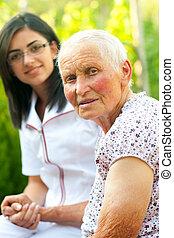 Ayudando a anciana enferma