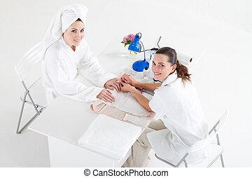 Beautician haciendo manicura