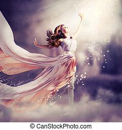 Bonita chica con un vestido largo de chiffon. La escena de fantasía