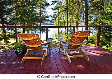 cabaña, sillas, bosque, cubierta