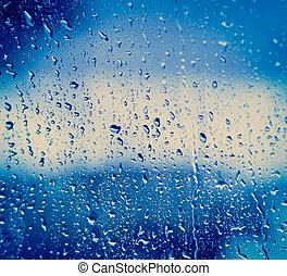 Cae sobre el vidrio después de la lluvia