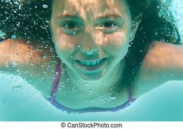 Chica submarina en piscina