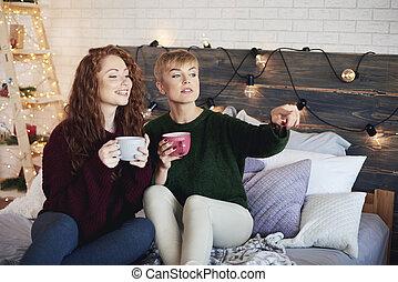 Chicas felices pasando Navidad en la cama