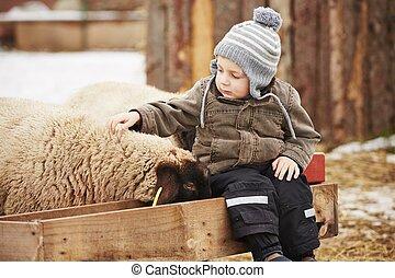 Chico en la granja