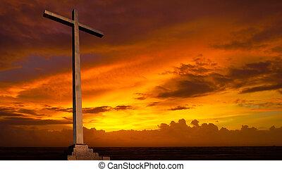 Cruz cristiana en el cielo del atardecer. Trasfondo religioso.