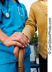 Cuidando a la doctora y a las mujeres mayores