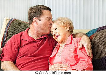 Cuidando a la madre mayor