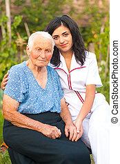 Cuidando a un médico con una anciana