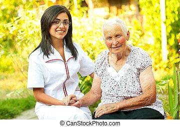 Cuidando al doctor con una anciana feliz