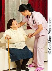 Cuidar a la anciana en casa
