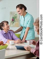 Cuidar a la enfermera con los ancianos