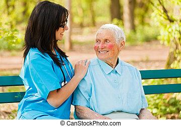 Cuidar a la enfermera con una dama amable