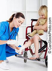 Cuidar a la enfermera venda a la niña
