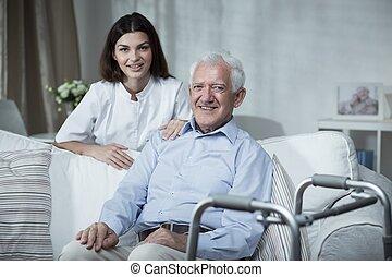 Desactivado hombre y enfermera