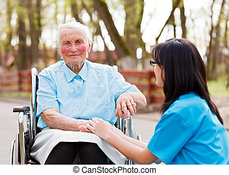 Doctor consolando a la anciana