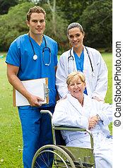 Doctor, enfermera y paciente