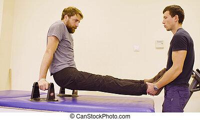 Doctor fisioterapeuta ayudando al paciente a hacer el ejercicio
