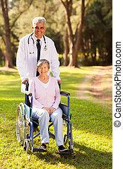 Doctor médico y paciente mayor al aire libre
