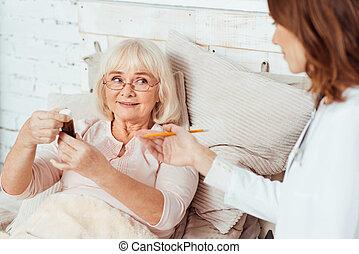 Doctor Profesioanl visitando a anciana enferma en casa