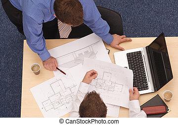 Dos arquitectos revisando los planos