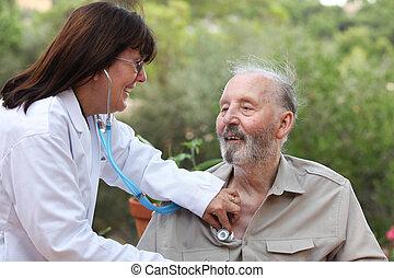 Dr. con estetoscopio verificando pacientes mayores.