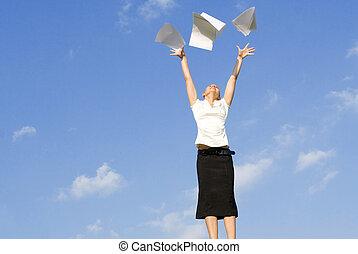 El concepto de mujer de negocios, lanzar papeles al aire
