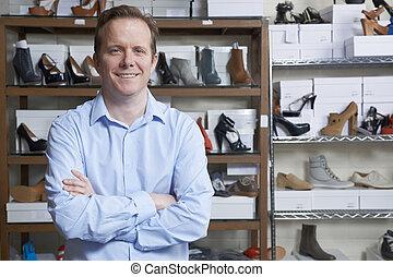 El dueño de una zapatería