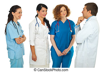 El gerente del hospital habla con médicos