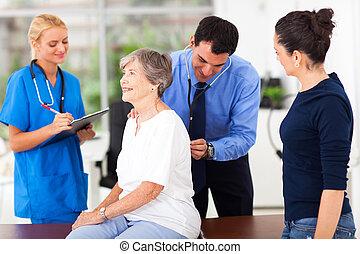 El médico está examinando a un paciente mayor