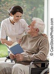 Enfermera a cargo hablando con el paciente