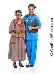 Enfermera africana y paciente mayor