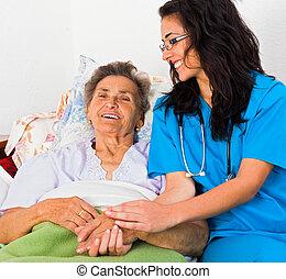 Enfermera amable con ancianos