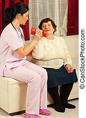 Enfermera ayudando al último