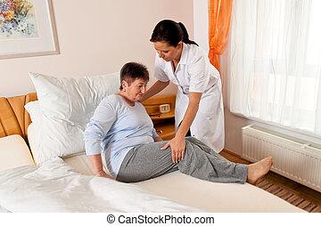 Enfermera en cuidados de ancianos para los ancianos