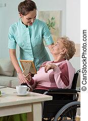 Enfermera preocupándose por la mujer discapacitada