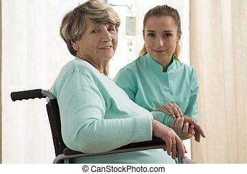 Enfermera preocupándose por la señora mayor
