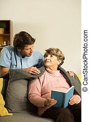 Enfermera preocupándose por un paciente mayor