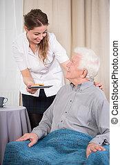 Enfermera y hombre mayor
