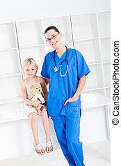 Enfermera y pequeña paciente