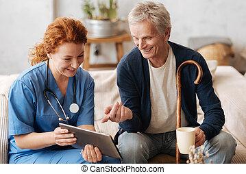 Entrenado como médico sabio entreteniendo a su paciente
