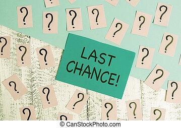 Escribir palabras en la última oportunidad. Concepto de negocios para la oportunidad final de lograr o adquirir algo que quieras escrito y papeles troceados con cartón grueso sobre la mesa de madera.