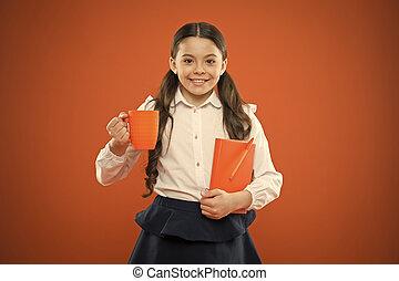 escuela, todos, book., interrupción, feliz, lindo, el gozar, fondo., caliente, depends, niño, colegiala, ella, niña, bebida, taza, naranja, teniendo, nota, pequeño, sonriente, breakfast., felicidad