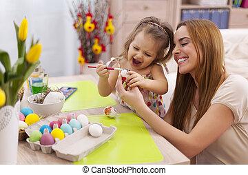 Familia feliz en la época de Pascua