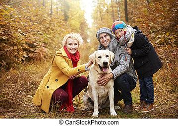 Familia feliz pasando el tiempo activamente
