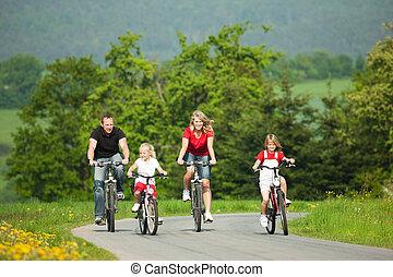 Familia montando bicicletas