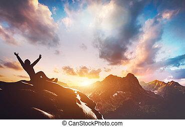 feliz, hombre, exitoso, pico, montaña