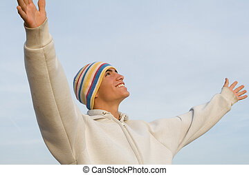 Feliz sonriente joven hispano brazos levantados de fe